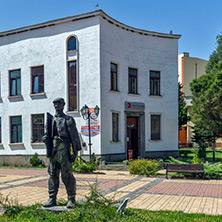 Трън, Фигурата на Гига - паметник на трънския майстор, Област Перник - Снимки от България, Курорти, Туристически Дестинации